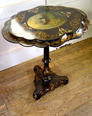 Papier mache to technologia znana od stuleci. Oto wiktoriański stolik.