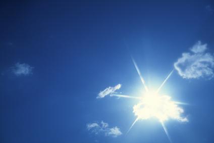 Słońce to potężna siła. Odporność na promieniowanie UV jest najpoważniejszym sprawdzianem dla każdego materiału.