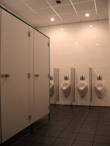W przerwie meczu toalety przeżywają nagłe oblężenie. Stadion musi być doskonale przygotowany również na te ewentualność. Na zdjęciu realizacja Kabis w Wyższej Szkole Bankowości. Tu też największy ruch jest... na przerwie.