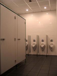 Toaleta publiczna powinna gwarantować utrzymanie w doskonałej kondycji przez cały czas. Na zdjęciu toalety Kabis na terenie Poznańskich targów.